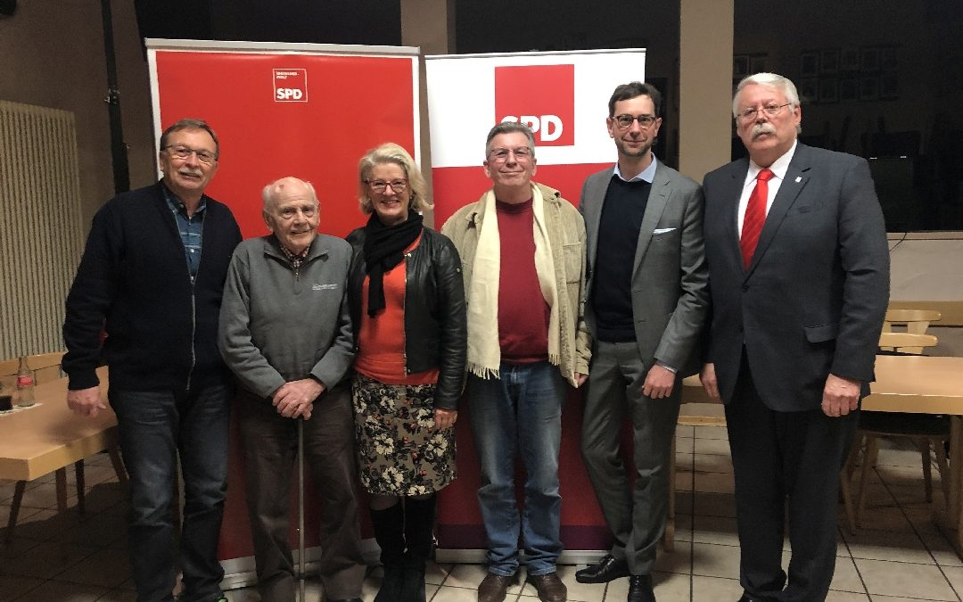 Die Landtagsabgeordnete Astrid Schmitt umrahmt vom Vorstand der SPD im Hillesheimer Land