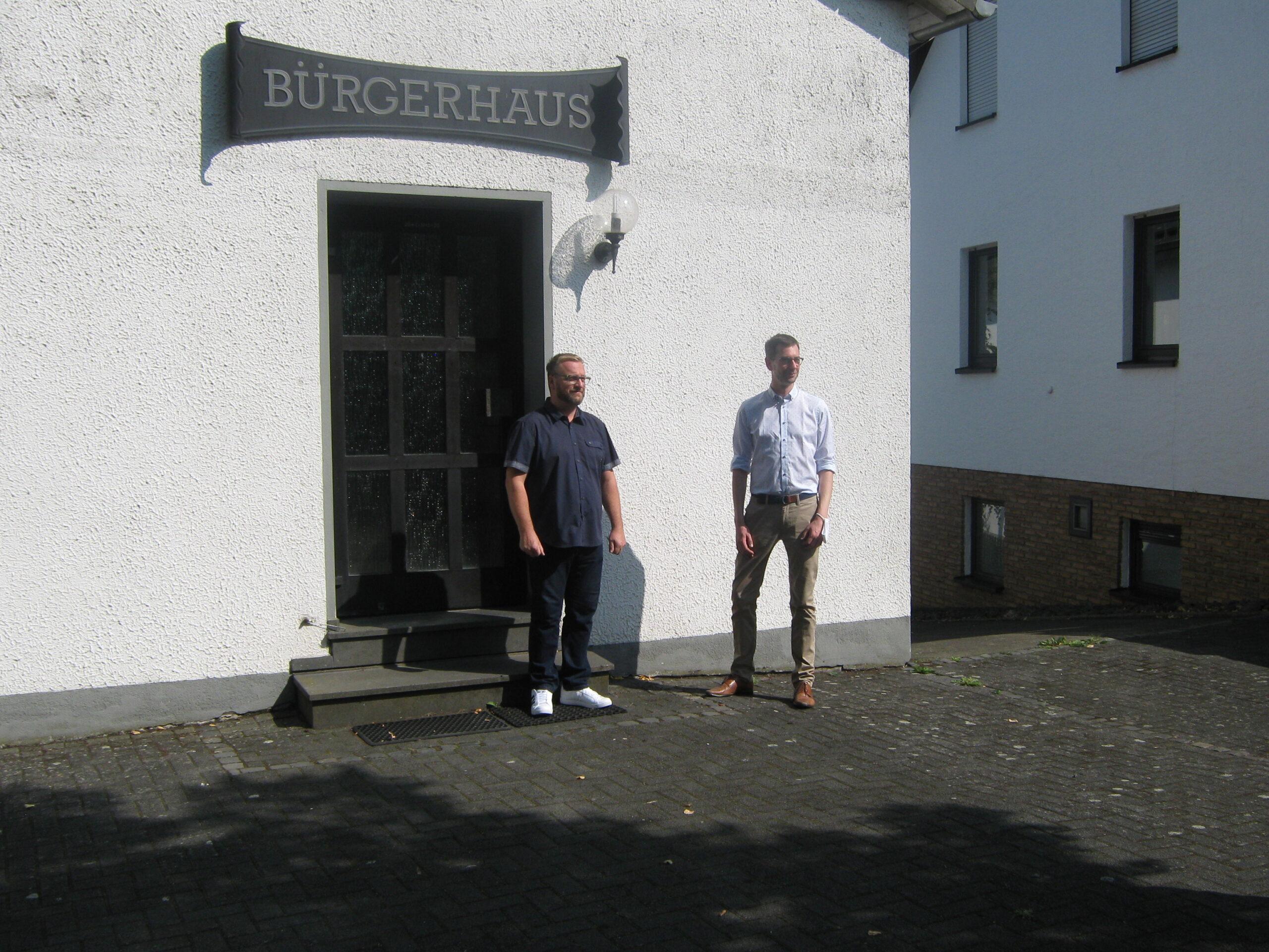 Jens Jenssen mit Bürgermeister Göbel vorm Gemeindehaus