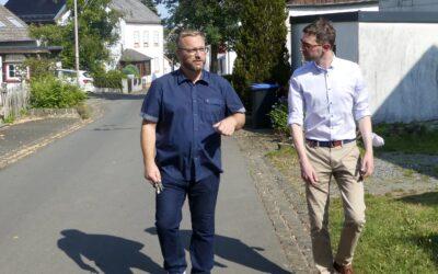 Jens Jenssen vor Ort in Bleckhausen mit Ortsbürgermeister Markus Göbel