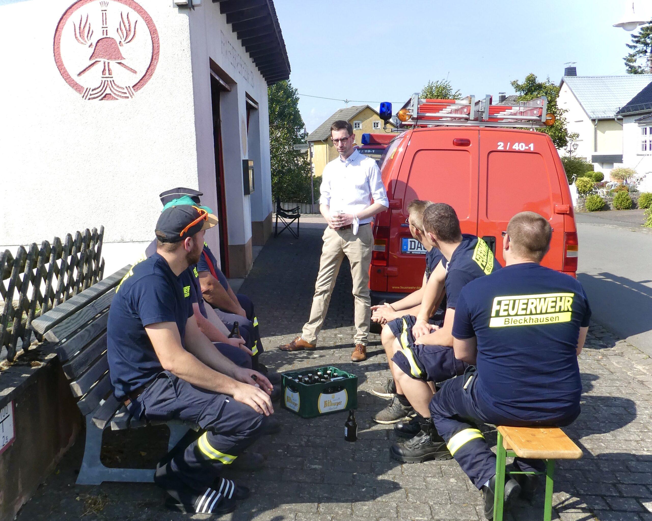 Jens Jenssen im Gespräch mit Mitgliedern der Freiwilligen Feuerwehr Bleckhausen.