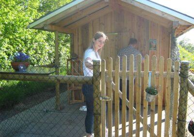 Lena bei den Dorfgemeinschafts-Hühnern